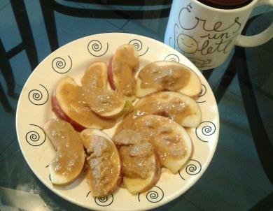 Manzana crema de cacahuete con te roibos con leche avena