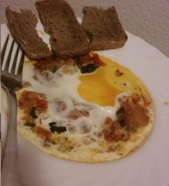 pisto con huevo y pan integral