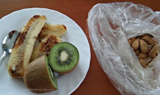 plátano a la plancha kiwi y almendras