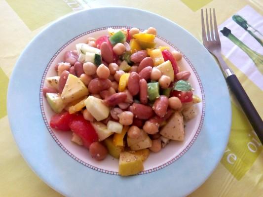 Cande Soulas Ensalada de alubias rojas garbanzos tomate, pepino, pimiento amarillo y verde, aove, limon , sesamo y oregano