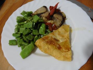 pescado (melva¿) con pimiento + tortila de patata + judias verdes salteadas