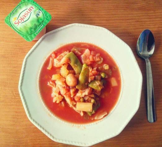 potaje de col, apio, champis, judias verdes, guisantes, tomate y especias + yogur soja sin azucar Julia Jimenez Hens