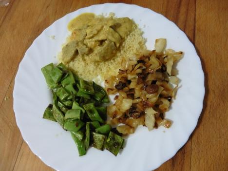 restos de col + restos de cerdo al curry con cuscus + judias verdes