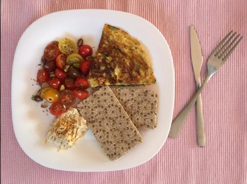 sonia-gonzalez-tortilla-de-calabacin-cebolla-y-huevo-tomate-aove-pistacho-hummus-casero-tostadas-integrales-de-centeno-y-sesamo.jpg